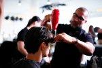 fryzjer przy pracy