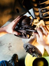 mechanik naprawiający auto w serwisie mercedesa