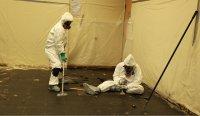 pracownicy usuwający azbest