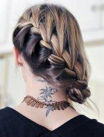 blond warkocz z tatuażem na szyi