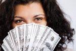 kobieta z wahlarzem banknotów