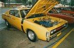 żółty samochód z podniesioną maską