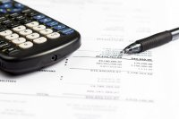 kalkulator, długopis i dokumenty